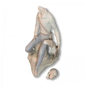 Figurine en porcelaine cassée